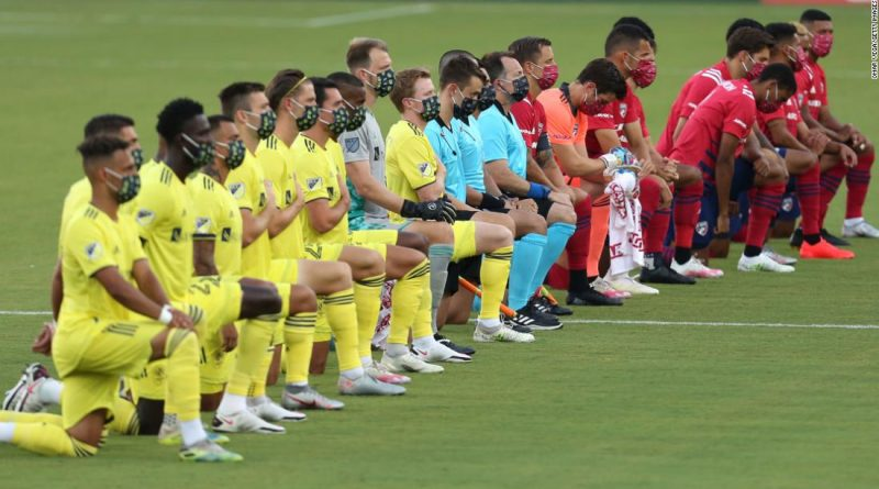 'Absolutely disgusting.' US star criticizes booing of players kneeling during national anthem
